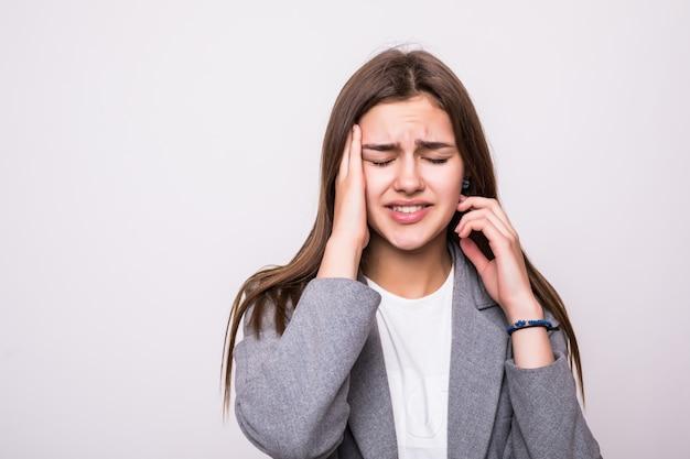 Porträt der gestressten geschäftsfrau über weißem hintergrund