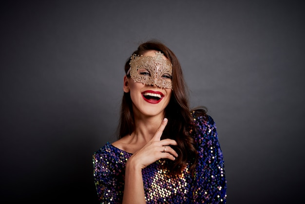 Porträt der glamourösen frau in der maske