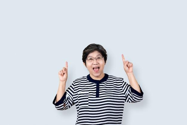 Porträt der glücklichen älteren asiatischen frauengeste oder hand und finger oben zeigen