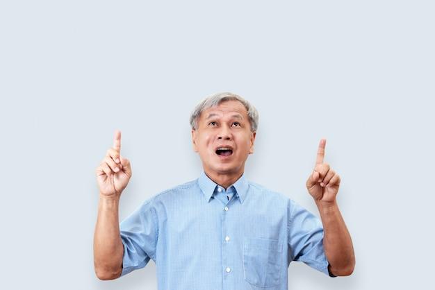 Porträt der glücklichen älteren asiatischen manngeste oder hand und finger oben zeigen