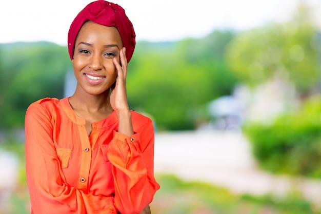 Porträt der glücklichen afroamerikanerfrau