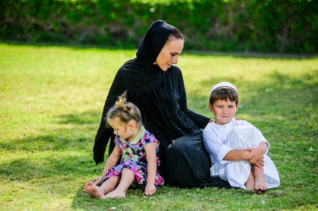 Porträt der glücklichen arabischen muslimischen familie im park.