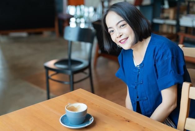 Porträt der glücklichen asiatischen frau mit lächeln mustert
