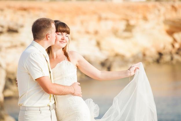 Porträt der glücklichen braut und des bräutigams im freien in der naturlage. sommer- oder herbstsaison