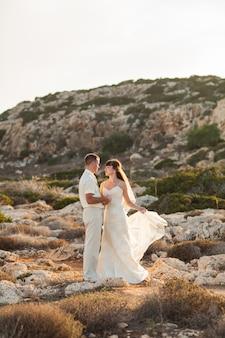 Porträt der glücklichen braut und des bräutigams im freien in der naturlage