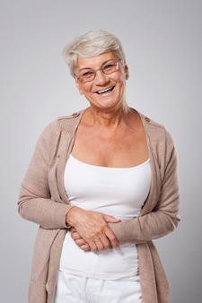 Porträt der glücklichen eleganten älteren frau