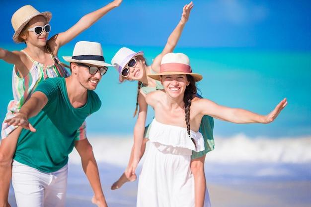 Porträt der glücklichen familie am strand