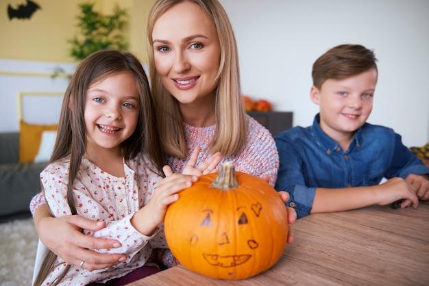 Porträt der glücklichen familie an halloween
