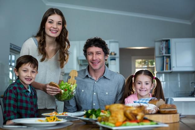 Porträt der glücklichen familie beim frühstück