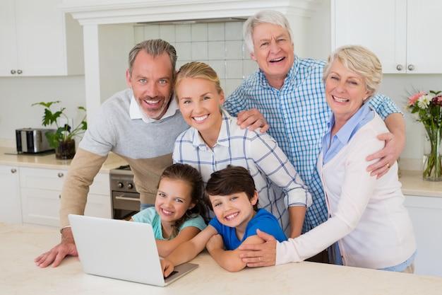 Porträt der glücklichen familie, die in der küche steht
