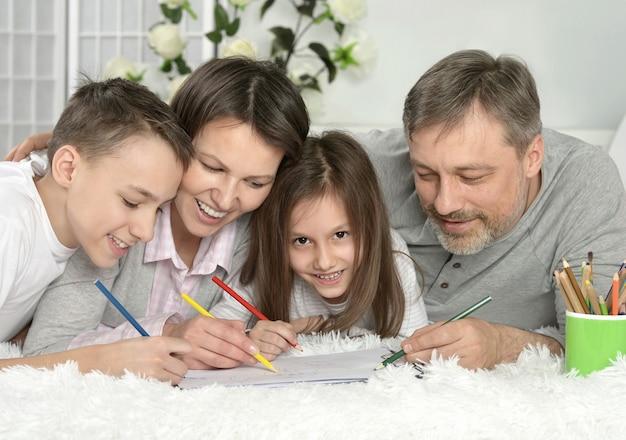 Porträt der glücklichen familie, die zu hause malt