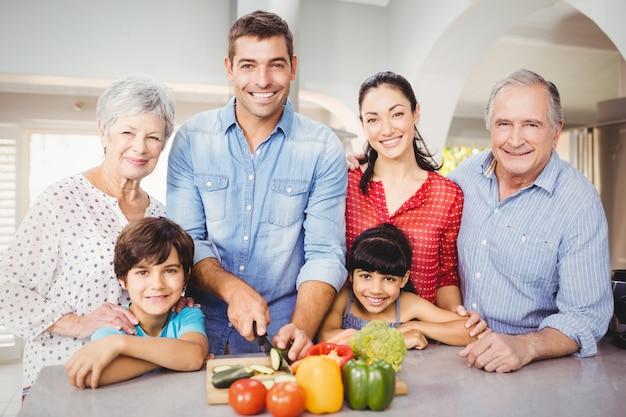 Porträt der glücklichen familie durch küchentisch