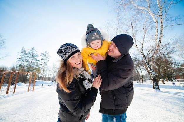 Porträt der glücklichen familie im winterpark