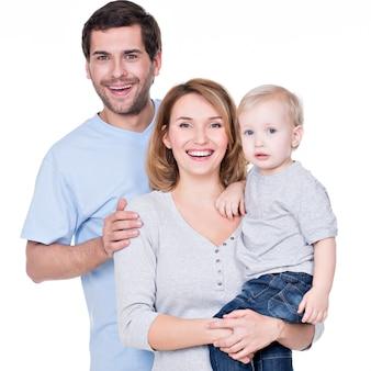 Porträt der glücklichen familie mit dem kleinen stehenden baby