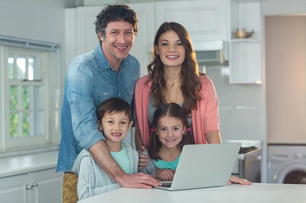 Porträt der glücklichen familie mit laptop