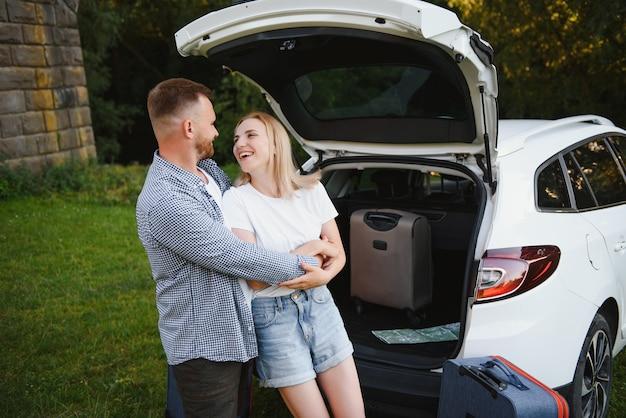 Porträt der glücklichen familie. vacation, travel - familie bereit für die reise für den sommerurlaub. koffer und autoroute.