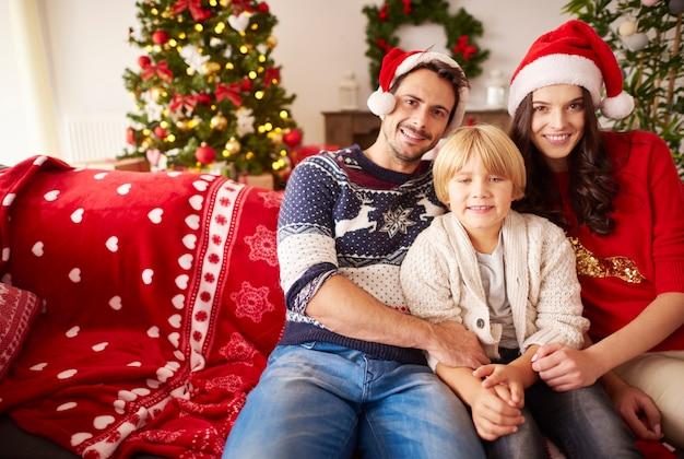 Porträt der glücklichen familie zu weihnachten