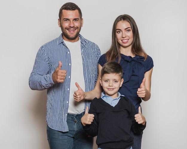 Porträt der glücklichen familie zusammen