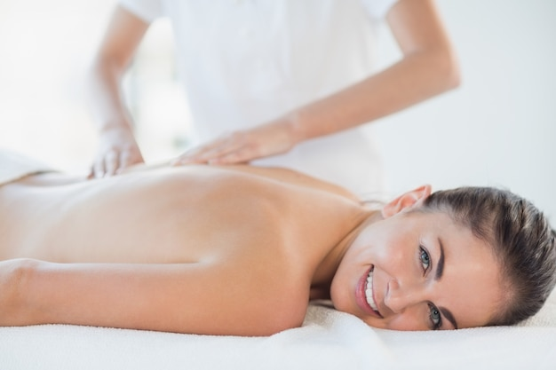 Porträt der glücklichen frau, die massage erhält