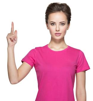 Porträt der glücklichen frau, die mit ihrem finger nach oben zeigt