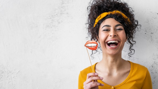 Porträt der glücklichen frau, die mit kopienraum und mund lacht