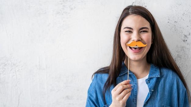 Porträt der glücklichen frau, die mit kopienraum und schnurrbart lacht