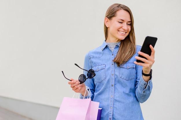 Porträt der glücklichen frau, die online einkauft