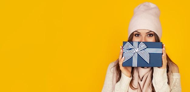 Porträt der glücklichen frau genießt eine geschenkbox