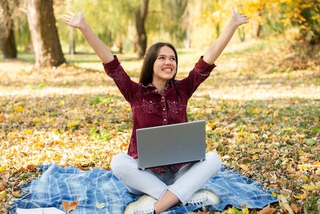 Porträt der glücklichen frau im park
