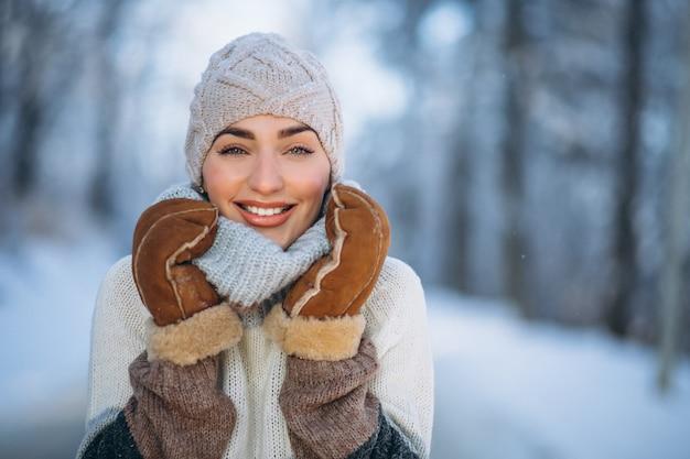 Porträt der glücklichen frau im winterpark