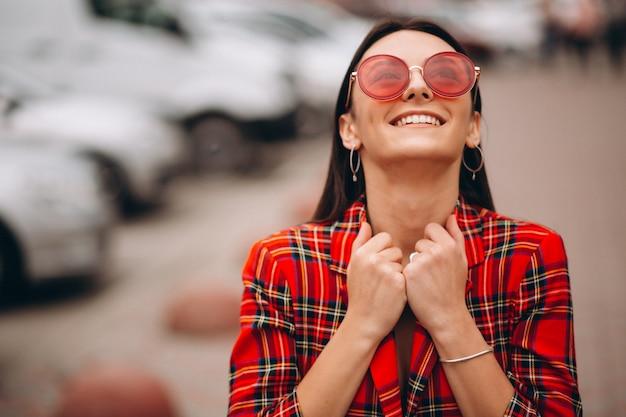 Porträt der glücklichen frau in der roten jacke