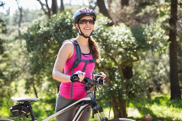 Porträt der glücklichen frau mit fahrrad