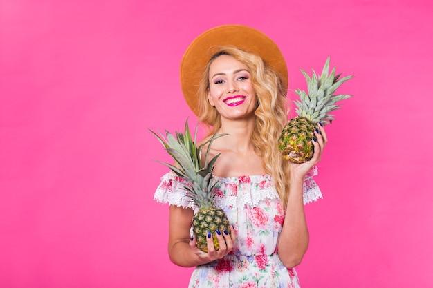 Porträt der glücklichen frau und der ananas