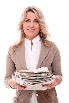Porträt der glücklichen gealterten frau, die papiere hält