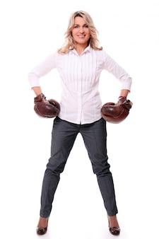 Porträt der glücklichen gealterten frau mit boxhandschuhen