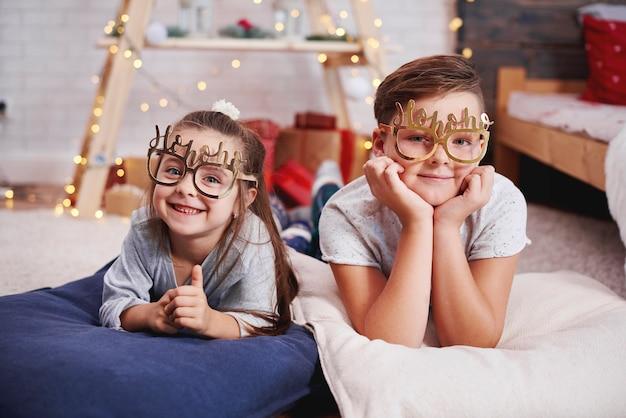 Porträt der glücklichen geschwister zu weihnachten