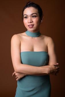 Porträt der glücklichen jungen asiatischen transgenderfrau lächelnd