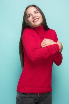 Porträt der glücklichen jungen frau, die ein geschenk hält