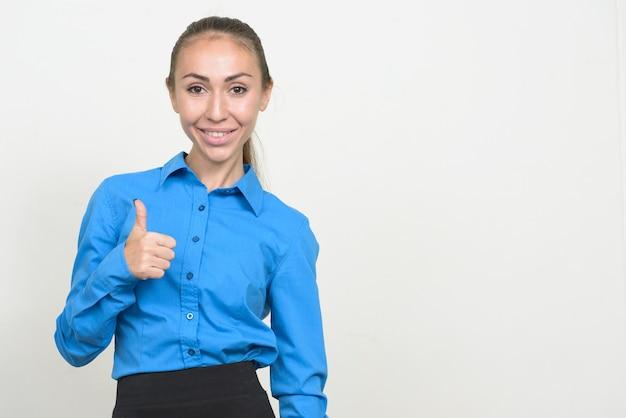 Porträt der glücklichen jungen geschäftsfrau, die daumen aufgibt
