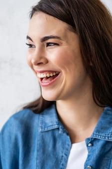 Porträt der glücklichen lachenden frau