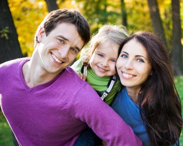 Porträt der glücklichen lächelnden familie im herbstpark