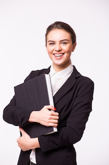 Porträt der glücklichen lächelnden geschäftsfrau mit schwarzem ordner, lokalisiert auf weißer wand