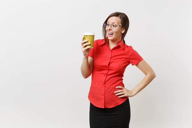 Porträt der glücklichen lächelnden jungen geschäftslehrerfrau in den roten hemdgläsern, die tasse kaffee oder tee in den händen lokalisiert auf weißem hintergrund halten. bildung oder lehre im hochschulkonzept.