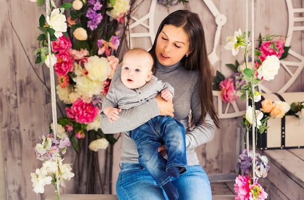 Porträt der glücklichen liebevollen mutter und ihres babys im haus