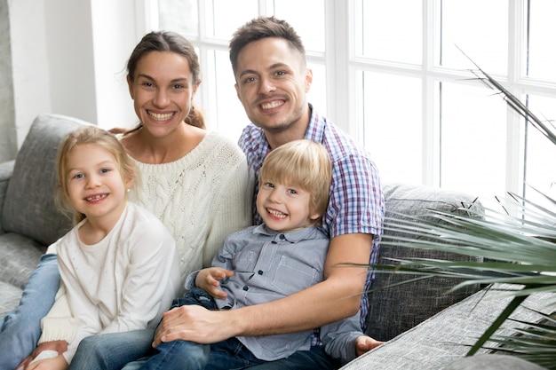 Porträt der glücklichen multiethnischen familie, die angenommene kinder umfasst, die zusammen verpfänden