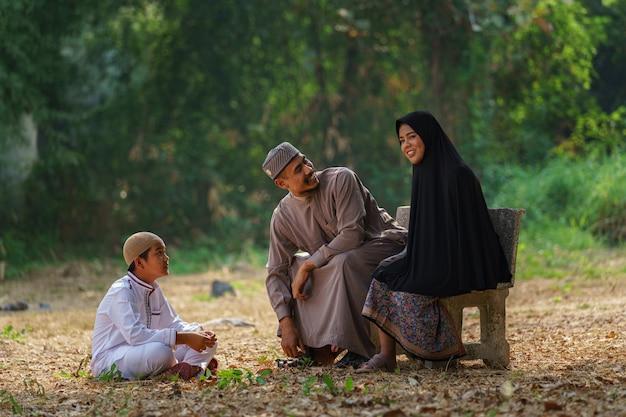 Porträt der glücklichen muslimischen familie