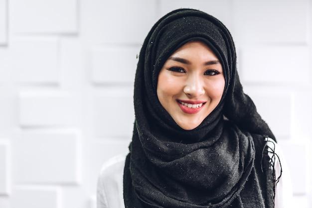 Porträt der glücklichen muslimischen frau mit hijab