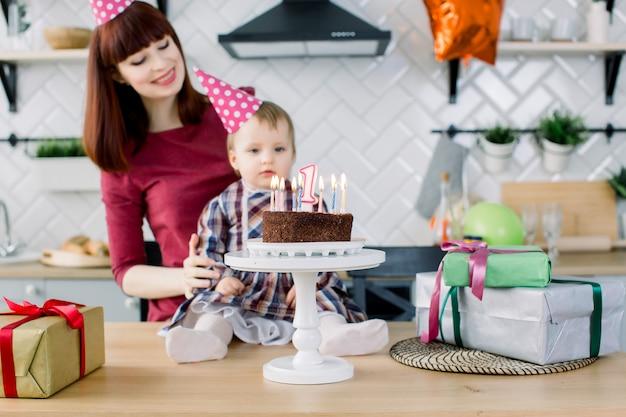 Porträt der glücklichen mutter und des babys an der geburtstagsfeier