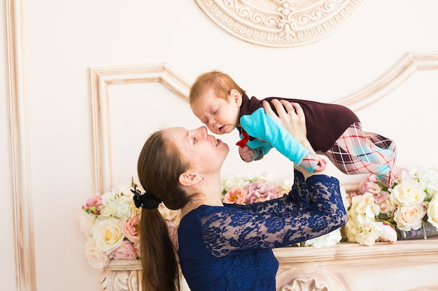 Porträt der glücklichen mutter und des babys drinnen
