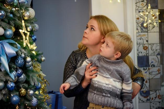 Porträt der glücklichen mutter und des sohns feiern weihnachten. neujahrsfeiertage.